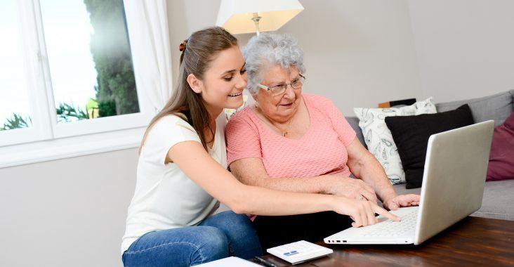 Come avvicinare gli anziani alla tecnologia